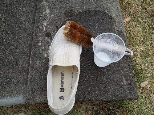 重曹と酢、どちらが白いスニーカーを綺麗にできるかの実験記録です!